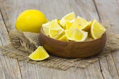 Limones frescos en un cuenco Imágenes de archivo libres de regalías