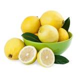 Limones frescos en un cuenco verde Fotografía de archivo