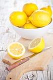 Limones frescos en un cuenco y un cuchillo Foto de archivo