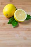 Limones frescos en una tabla imagenes de archivo