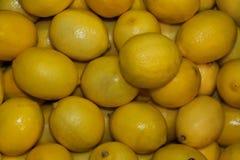 Limones jugosos de la caja llena Foto de archivo libre de regalías