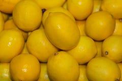 Limones jugosos de la caja llena Fotos de archivo libres de regalías