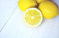 Limones jugosos en un fondo blanco imagen de archivo