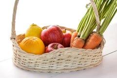 Limones, manzanas, y zanahorias frescos en cesta Imagen de archivo libre de regalías