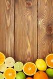 Limones, naranjas y cales Naranjas, cales y limones Foto de archivo libre de regalías