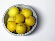 Limones orgánicos en un cuenco Imagen de archivo libre de regalías