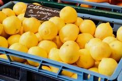 3 limones para 1 euro en el mercado Fotografía de archivo libre de regalías