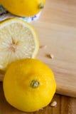 Limones, pipas y paño en fondo del tablero de madera con el copyspace imágenes de archivo libres de regalías