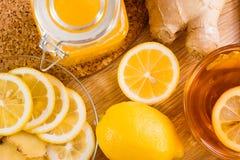 Limones, té, jengibre y miel cortados y enteros Fotos de archivo