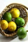 Limones verdes y amarillos Fotos de archivo