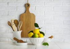 Limones y cales en un cuenco Imagen de archivo libre de regalías