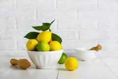 Limones y cales en un cuenco Fotos de archivo