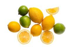 Limones y cales frescos en un fondo blanco imagenes de archivo