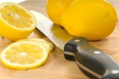 Limones y cuchillo Imágenes de archivo libres de regalías