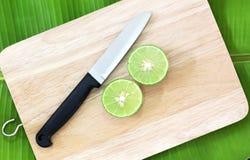 Limones y cuchillo en tablas de cortar de madera Fotografía de archivo libre de regalías