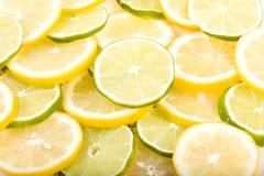 Limones y primer rebanados de las cales Fotos de archivo