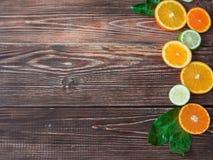 Limoni, aranci e limette Arance, calce e mandarini su vecchio fondo di legno con lo spazio della copia Fotografia Stock Libera da Diritti