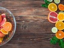 Limoni, aranci e limette Arance, calce e pompelmo su fondo di legno scuro con lo spazio della copia Vista superiore Fotografia Stock