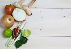 Limoni, citronella, peperoni e verdure su un vecchio fondo di legno Fotografia Stock Libera da Diritti