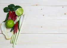 Limoni, citronella, peperoni e verdure su un vecchio fondo di legno Fotografie Stock
