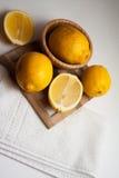 Limoni della vitamina sul piatto Fotografia Stock