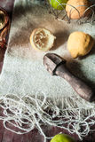 Limoni di Juicing con uno scrematore di legno d'annata Fotografie Stock