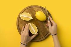 Limoni di taglio della donna fotografia stock