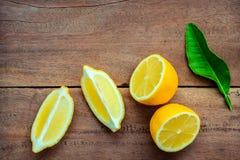 Limoni e foglie freschi dei limoni su fondo di legno rustico Fre Immagini Stock