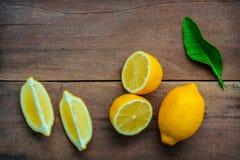 Limoni e foglie freschi dei limoni su fondo di legno rustico Fre Fotografie Stock Libere da Diritti