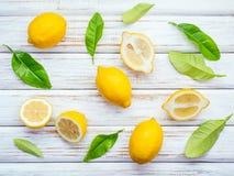 Limoni e foglie freschi dei limoni su fondo di legno rustico Fre Immagine Stock