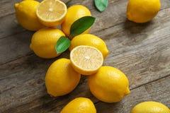 Limoni e foglie freschi sulla tavola Fotografia Stock