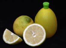 Limoni e spremuta di limone fotografie stock