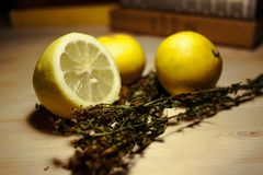 Limoni ed erbe fotografia stock