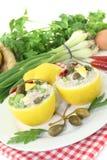 Limoni farciti con la crema, i capperi e le uova del tonno Fotografia Stock