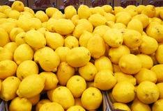Limoni freschi al mercato di frutta Fotografia Stock
