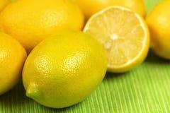 Limoni freschi sopra verde Fotografie Stock