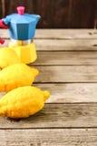 Limoni freschi su una tavola di legno Immagine Stock Libera da Diritti