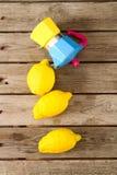Limoni freschi su una tavola di legno Immagini Stock Libere da Diritti