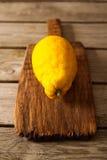 Limoni freschi su una tavola di legno Fotografia Stock Libera da Diritti