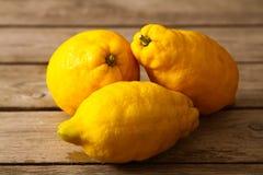 Limoni freschi su una tavola di legno Immagini Stock