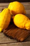 Limoni freschi su una tavola di legno Immagine Stock