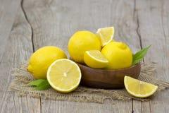 Limoni freschi in una ciotola Fotografie Stock