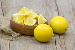 Limoni freschi in una ciotola Immagine Stock