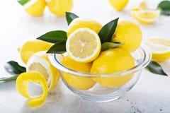 Limoni freschi in una ciotola di vetro Fotografie Stock
