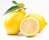 Limoni maturi della foto di alta qualità su un bianco Fotografia Stock