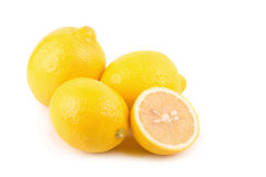 Limoni maturi freschi isolati su fondo bianco Immagine Stock