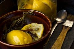 Limoni salati in una ciotola Fotografie Stock