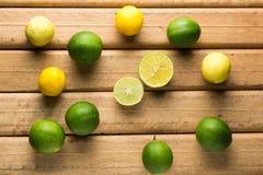 Limoni su fondo di legno Fotografia Stock Libera da Diritti