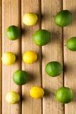 Limoni su fondo di legno Vista superiore Fotografia Stock Libera da Diritti