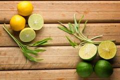 Limoni su fondo di legno Vista superiore Immagine Stock Libera da Diritti